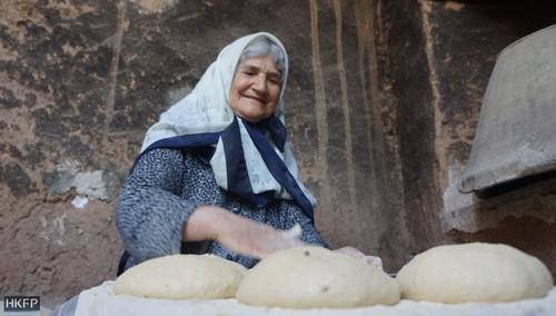 زنی روستایی در حال پخت نان در روستای تودشک