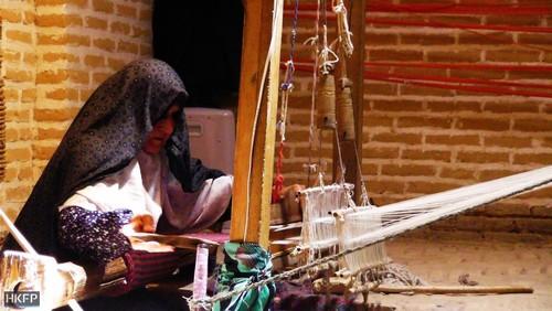 زن روستایی در حال بافت فرش در میبد یزد