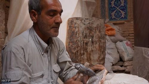 یک کاشی کار در حال کار در مسجدی در یزد