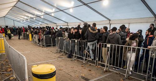 پناهجویان خاورمیانه ای در صف ثبت نام در مقابل دفتر مرکزی وزارت سلامت و امور اجتماعی در شهر برلین آلمان