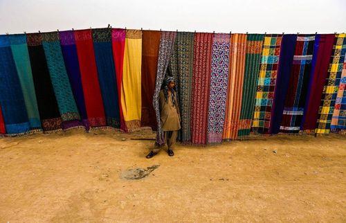فروش شال های سنتی – پیشاور پاکستان