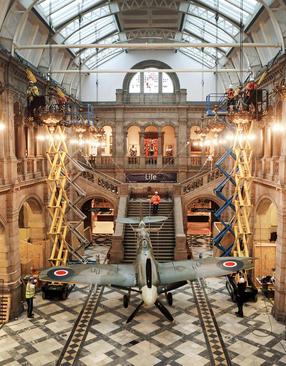 نمایش هواپیمای قدیمی در یک گالری هنری در گلاسکو اسکاتلند