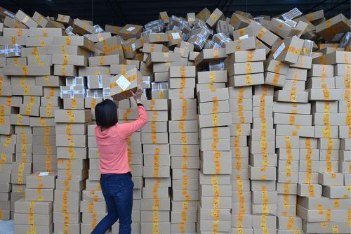 ارسال بسته های خریدهای اینترنتی در سالروز مجردها در چین – گوآنگژو