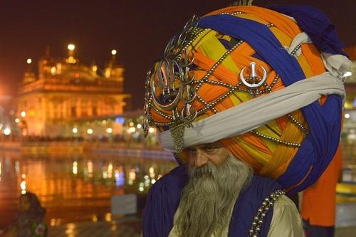 یک مرد سیک در معبد طلایی در آمریتسار هند
