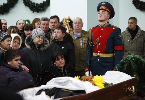 مراسم تدفین تفنگدار دریایی روسیه که در عملیات امداد و نجات خلبانان روسی در سوریه کشته شد – نووچرکاسک روسیه
