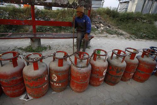 صف کپسول های خالی گاز در انتظار کامیون توزیع کپسول – کاتماندو نپال