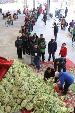 توزیع بیش از 75 تن سبزیجات مجانی از سوی کشاورزان میان مردم در بازاری در شهر شیان چین
