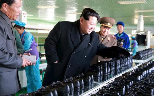 بازدید رهبر کره شمالی از کارخانه تولیدی کفش وونسان در شهر پیونگ یانگ