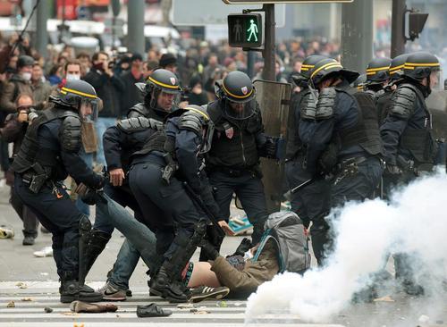 تظاهرات معترضان به گرمایش زمین همزمان با برگزاری نشست 10 روزه بررسی و تصمیم گیری درباره تغییرات اقلیمی زمین – شهرهای پاریس، آمستردام، فرانکفورت و لندن