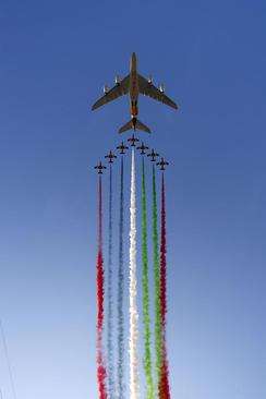 نمایش هوایی در ابوظبی امارات در آستانه برگزاری مسابقات اتومبیلرانی جایزه بزرگ فرمول یک