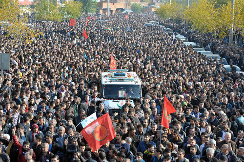 مراسم پرتنش تشییع پیکر طاهر ایلچی وکیل کرد ترکیه ای در شهر دیاربکر. این وکیل دو روز پیش به ضرب گلوله فردی ناشناس ترور شد