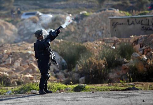 شلیک گاز اشک آور سرباز اسراییلی به سمت معترضان فلسطینی – رام الله