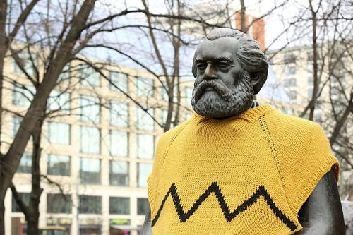 لباس پوشاندن به مجسمه کارل مارکس – برلین