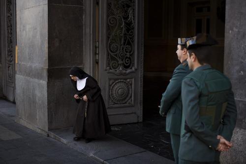 یک راهبه کاتولیک در حال ترک یک حوزه اخذ رای در شهر مادرید