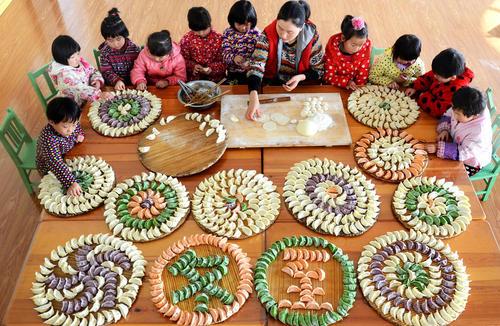 آموزش تزیین بشقاب و سینی در مهد کودکی در چین