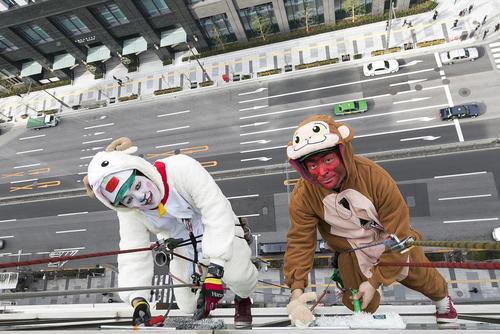 تمیز کردن شیشه های یک ساختمان در توکیو