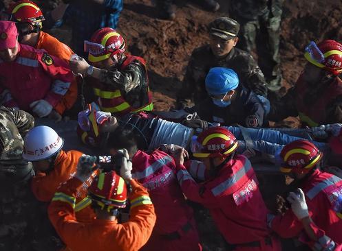 بیرون کشیدن یک مصدوم از زیر آوار رانش زمین پس از سه روز – شنزن چین