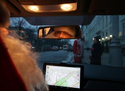 راننده تاکسی در مسکو در لباس بابانوئل