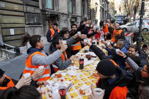 میز ناهار بیکارها در مقابل ساختمان وزارت کار ایتالیا در شهر رم