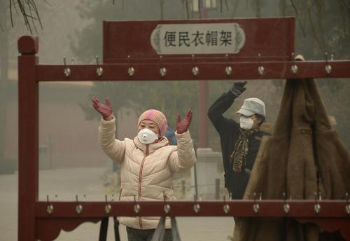 ورزش صبحگاهی در پارکی در پکن و در آلودگی شدید هوا