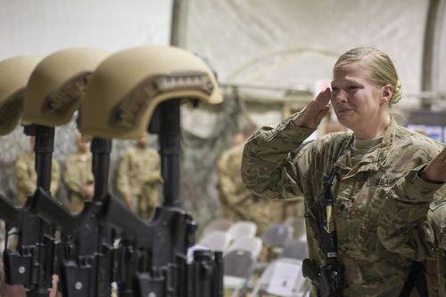 پایگاه هوایی بگرام در افغانستان. ادای احترام سربازان آمریکایی به 6 همرزمشان که در اثر یک حمله انتحاری کشته شده اند