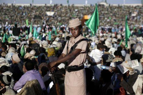 یک نیروی گارد حوثی های یمن در مراسم گرامی داشت ولادت پیامبر اسلام در شهر صنعا