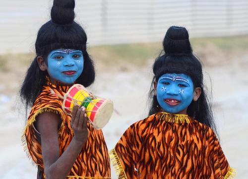 در لباس خدای شیوا در کنار رود یامونا هند
