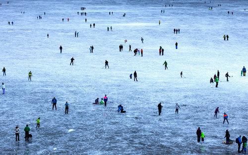 اسکیت بازی روی دریاچه ای یخ زده در سوییس