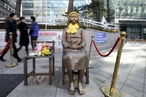 نصب مجسمه نماد قربانیان تجاوزهای جنسی سربازان ژاپنی به زنان کره جنوبی در جریان جنگ دوم جهانی در مقابل سفارت ژاپن در شهر سئول