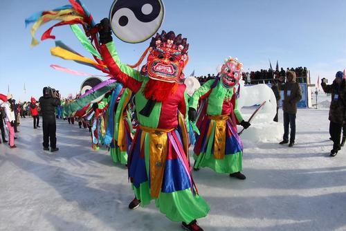 جشنواره آیینی در نزدیکی دریاچه دالی نور در مغولستان