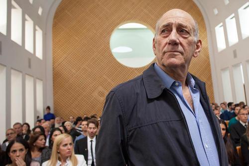 ایهود اولمرت نخست وزیر سابق اسراییل در دادگاهی در شهر قدس به اتهام دریافت رشوه