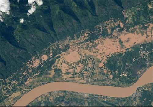 رودخانه مکونگ بین تایلند و لائوس