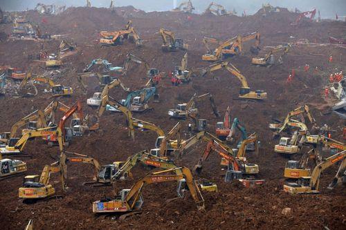 امدادگران در محل ریزش خاک در ایالت صنعتی چین.