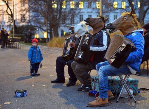 نوازندگان خیابانی در لباس اسب در بازار مکاره کریسمس در وین
