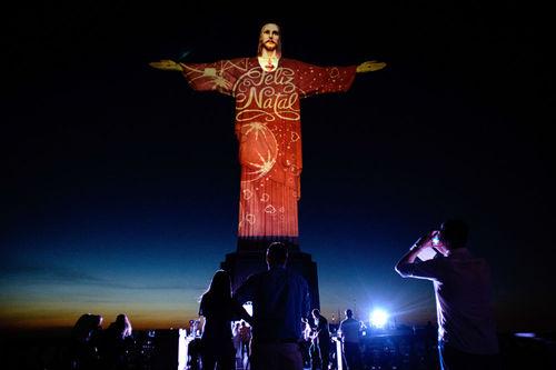 مجسمه عیسی مسیح در ریو د ژانیرو که به مناسبت کریسمس برپا شد
