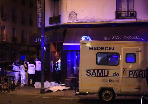 حملات مسلحانه در قلب پاریس با بیش از 120 کشته. این حملات از سوی داعش برعهده گرفته شدند.