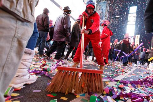 یک کارگر در حال تمیز کردن میدان تایمز پس از جشن شب سال نو - نیویورک، ایالات متحده آمریکا