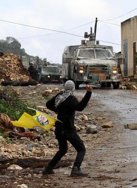 پرتاب سنگ یک فلسطینی به خودرو ارتش اسرائیل در شهر نابلس - فلسطین