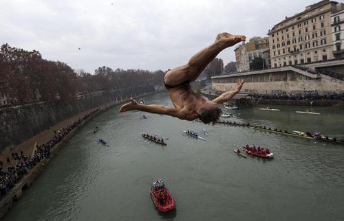 شیرجه این مرد در رودخانه تیبر در رم - ایتالیا
