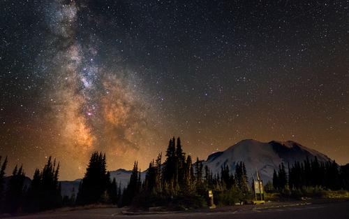 کهکشان راه شیری در بالای کوه رینیر در واشنگتن آمریکا