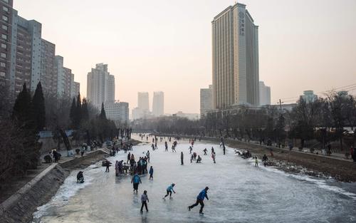 اسکی مردمی روی یک رودخانه یخ زده در پکن - چین