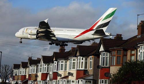 یک هواپیمای مسافر بری در حال فرود در فرودگاه هیثرو لندن