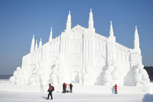 ساخت یک بنای برفی در شهر چانگچون چین