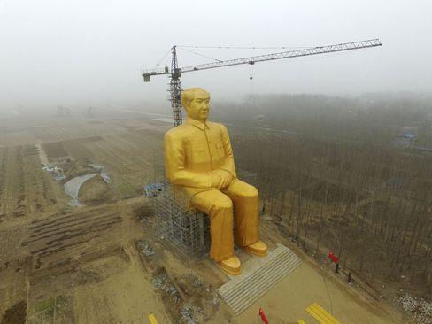 ساخت مجسمه مائو رهبر انقلاب کمونیستی چین در نزدیکی روستایی در این کشور