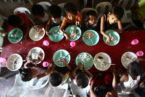 برنامه اطعام کودکان مناطق فقیر نشین حومه شهر مانیل فیلیپین