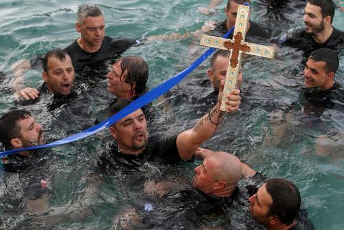 گرفتن صلیب در آب در مراسم جشن کریسمس مسیحیان ارتدوکس های یونان