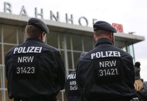 تدابیر امنیتی در ایستگاه متروی مرکزی شهر کلن آلمان پس از حملات کم سابقه به زنان در این منطقه در جشن های سال نو