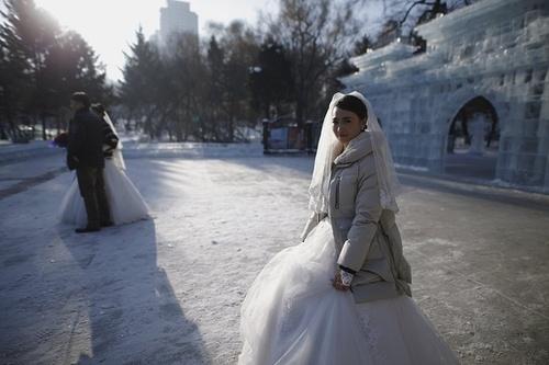 حضور عروس و دامادها در نمایشگاه سازه های برفی و یخی هاربین چین