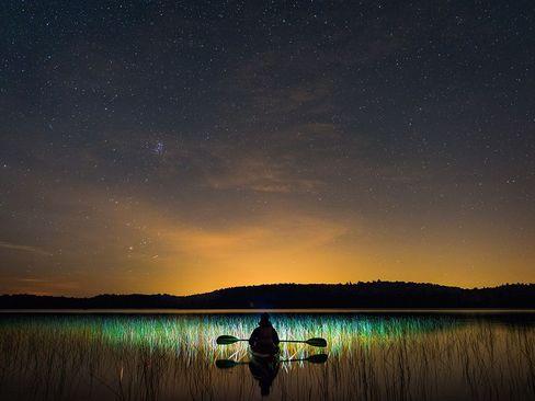قایق سواری در دریاچه ای در کبک کانادا