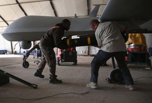 مسلح کردن پهپاد آمریکایی به موشک در یک پایگاه هوایی آمریکا در حاشیه خلیج فارس
